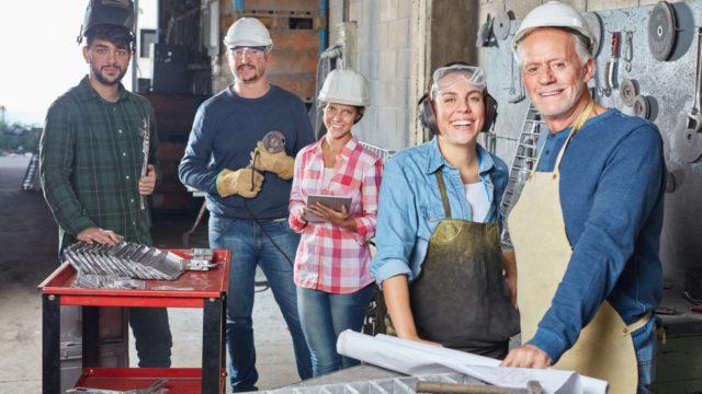 Handwerker und Metallarbeiter als erfolgreiches Team in einem Metallbau Betrieb